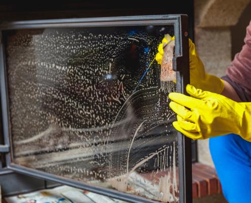 Come pulire il vetro del camino